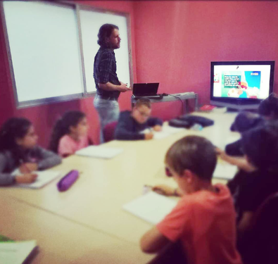 Profesor dando clase en academia de inglés en Rivas