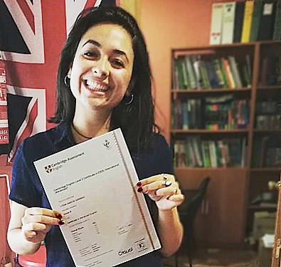 Alumna con certificado Cambridge University