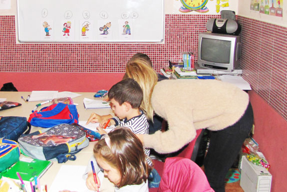Profesora-ayudando-a-un-alumno2-575x385