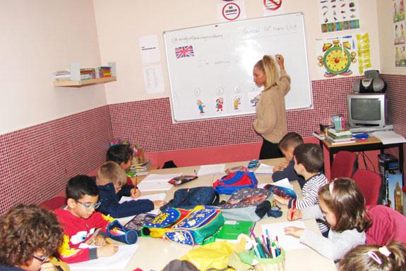 Profesora explicando a los niños dudas de inglés